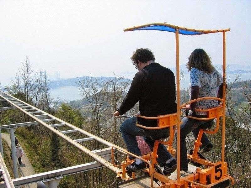 Este un roller coaster care iti da fiori, desi nu are nimic spectaculos! Cum e posibil sa pedalezi singur la inaltimea asta?!