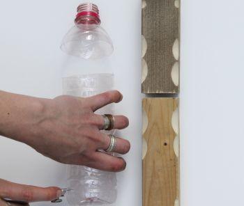 A taiat o sticla de plastic si a bagat doua lemne in ele. Rezultatul este surprinzator VIDEO