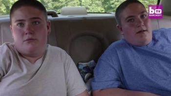 """Sunt cei mai grasi gemeni de varsta lor din lume! Au 12 ani si nu se pot opri din mancat! Mama lor are lacat la frigider si plange: """"Ar manca pana ar muri!"""""""