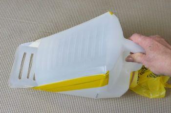 Ai un bidon gol acasa? Iti aratam cum poti sa iti faci o 'lopetica' pentru curatat litiera pisicii tale VIDEO