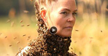 Femeia asta s-a lasat inconjurata de 12.000 de albine. Curios este de ce insectele nu au intepat-o pana la moarte. Ce avea tipa asta pe piept VIDEO