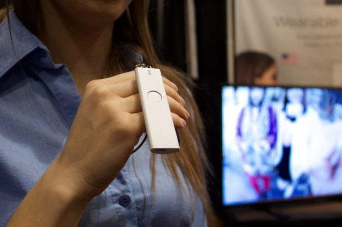 GENIAL! Gadgetul asta rupe bariera lingvistica a oricarui turist. Iti traduce pe loc tot ce ii dictezi, ca la scoala VIDEO