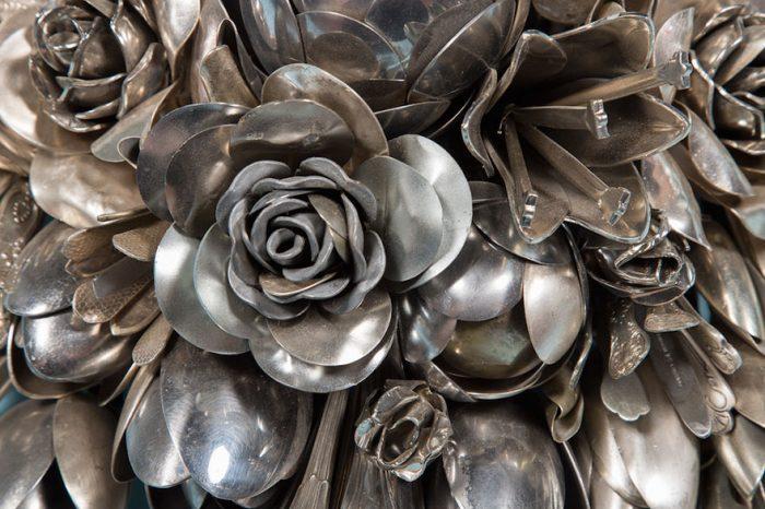 Un artist englez a transformat 100 de ustensile vechi, din argint, in buchete. Cat de frumoase sunt operele lui de arta FOTO
