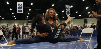 Culturistul elastic! Cum reuseste sa stea in spagat pe doua scaune cu o femeie in brate! Uite ce poate sa faca desi e plin de muschi VIDEO