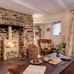 Casa are un semineu modern pentru serile romantice si un fotoliu pentru citit