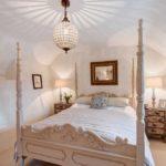 Dormitoarele sunt mici, dar echipate cu strictul necesar