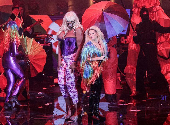 Delir cu amazoana de 2 metri a Deliei! Cine e femeia care a urcat pe scenă cu Miley Cyrus!