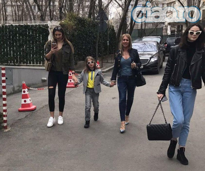 Anamaria si copiii ei au venit in tara
