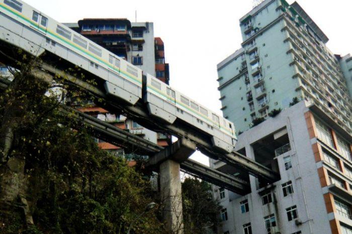Asa ceva n-ai mai vazut! Un tren trece printr-un bloc de apartamente din China, la fiecare doua minute. De ce locuitorii nu sunt deranjati de zgomot VIDEO