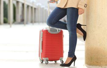 Motivul uluitor pentru care o femeie a fost data jos din avion! Obiectul vestimentar pe care il purta si compania aeriana nu il agreaza