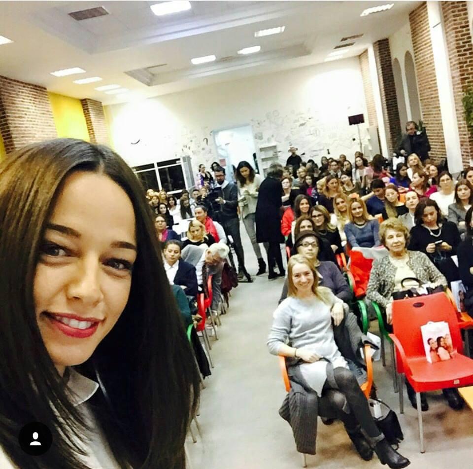 Andreea Raicu a susținut mai multe conferințe motivaționale, iar publicul a empatizat cu ea