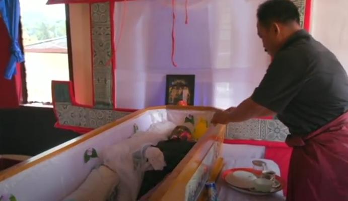 Ce traditii bizare: stau cu mortul in casa de 12 ani! De ce familia nu vrea sa-l inmormanteze pe barbat VIDEO