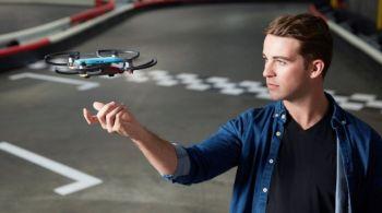 Genial! A aparut drona de dimensiunea unei maini pe care o controlezi prin gesturi VIDEO