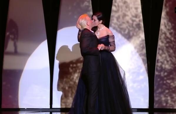 Monica Bellucci a oferit un spectacol de zile mari: si-a sarutat cu pasiune partenerul, pe scena Festivalului de la Cannes VIDEO