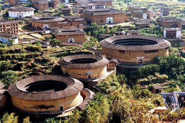 Pe dinafara sunt fortarete, iar pe interior fiecare casa e un sat mai mic! Unde se afla aceste cladiri impresionante