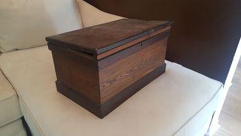 O fata a gasit o cutie veche in dulapul bunicului sau. Nu i-a venit sa creada ce era ascuns in ea, in compartimentul secret