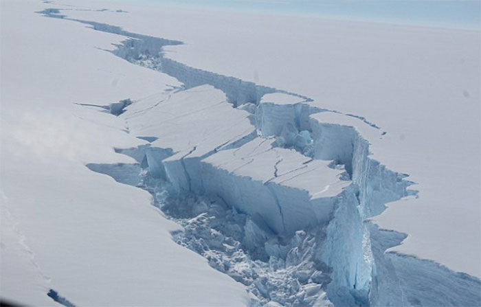 Iceberg de trilioane de tone