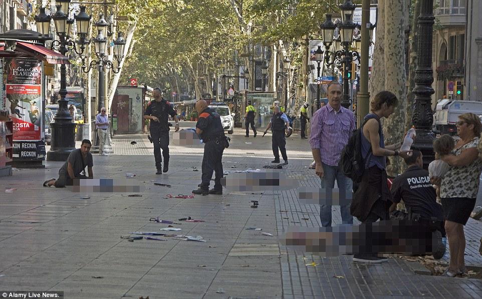 Imaginea care a facut inconjurul internetului: un cuplu de batranei a fost lovit in plin in atentatul de la Barcelona! S-au tinut de mana pana in ultima clipa