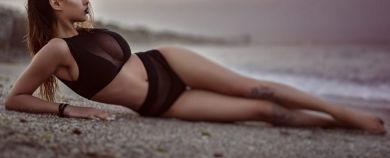 A fugit la Tuzla pentru o sedinta foto HOT! Ce artista de la noi a renuntat la sutien si a pozat provocator, pe plaja!
