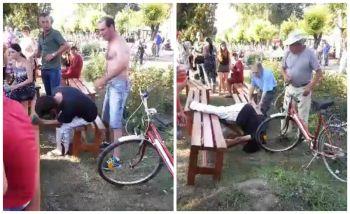 Ca la noi la nimenea! Un barbat a fost snopit in bataie la un balci si nimeni nu a intervenit. A cazut la pamant dupa ce a primit mai multe lovituri puternice VIDEO