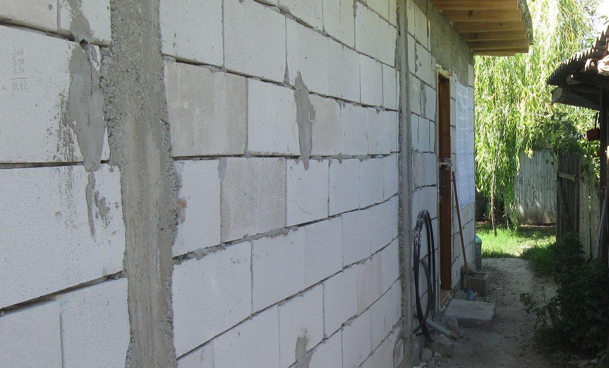 Pericolul ascuns din peretele acestei case! Proprietara locuintei a inlemnit cand a dat jos zidul: cantarea peste 30 de kg si era lipicios