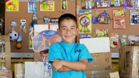 Baiatul de 9 ani care a facut mii de dolari din cartoane. Cum a reusit sa stranga peste 240.000 $
