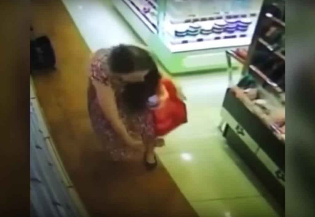Aceasta tanara a mers sa testeze un parfum intr-un magazin de lux