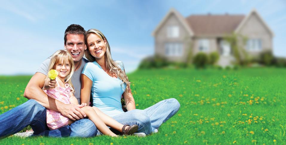 O familie se muta in casa noua, langa o parcela libera