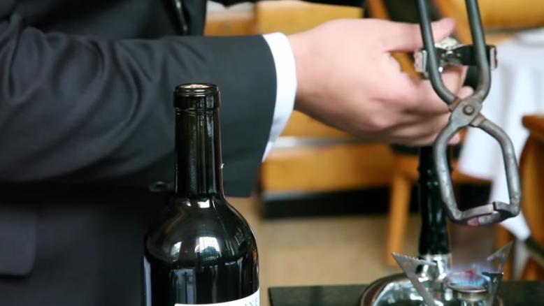 cum sa desfaci o sticla cu vin fara tirbuson 1