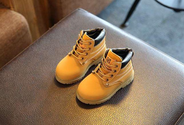 Baietelul statea in fata unui magazin de pantofi