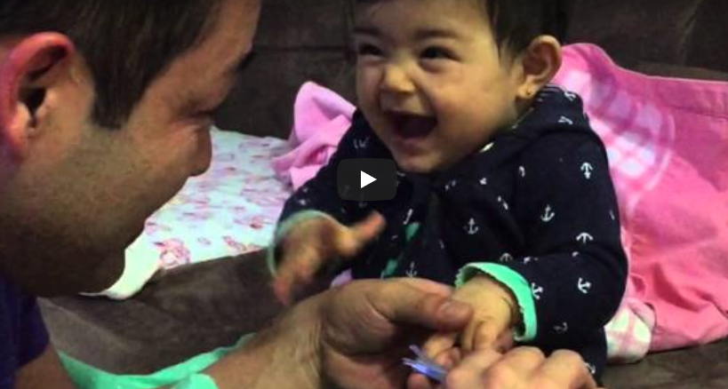 bebelusa rade cand tatal ii taie unghiile
