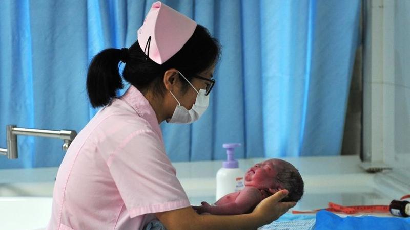 Bebelus nascut la 4 ani de la moartea parintilor