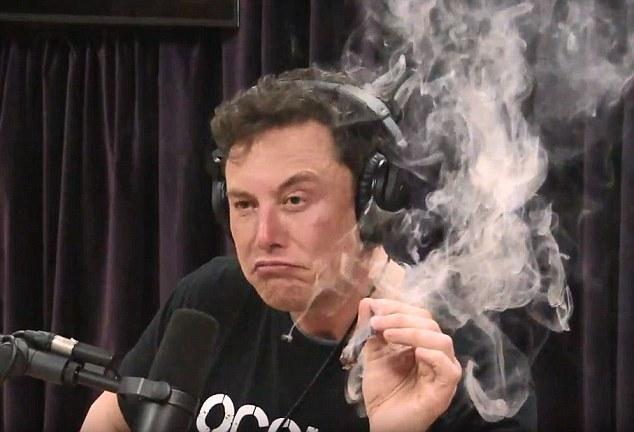 Elon Musk a fumat marijuana in timp ce era live pe Youtube