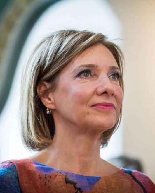 Carmen Iohannis, criticata de Monica Tatoiu pentru tinuta purtata la Episcopia Romana din Italia