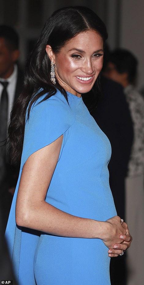 Ducesa Meghan a stralucit intr-o superba rochie albastra in Fiji. S-a vazut perfect burtica de gravida a acesteia