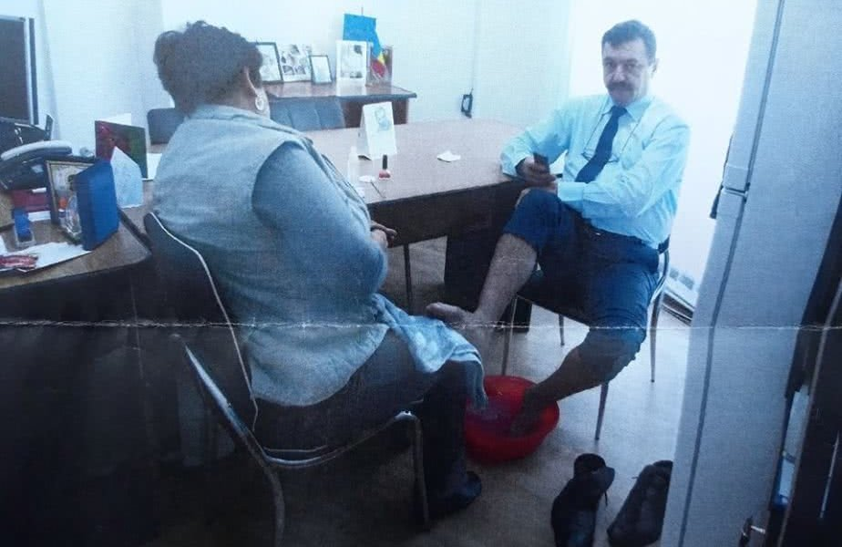 ORIBIL! Administratorul stadionului Pandurilor, abuz de putere! Aobligat o femeie de serviciu din primarie sa-i spele picioarele si sa-i faca pedichiura