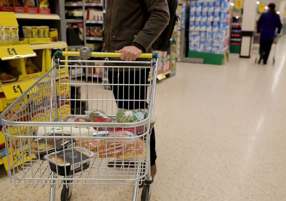 Barbatul de 54 de ani a recunoscut ca a plasat otrava in alimentele din supermarketurile din sudul orasului Friedrichshafen, din Germania. Mai apoi a santajat comerciantii, oferind informatii cu privire la alimentele contaminate.  Conform procurorilor, mancarea otravita continea etilenglicol, fiind un lichid toxic, inodor, suficient pentru a ucide un copil. Urme de otrava au fost gasite in mai multe produse si in canitati foarte mari, suficient pentru a putea condamna faptasul, avand cinci acuzatii de crima cu premeditare.  Substanta inodora, folosita pentru contaminare, care este un ingredient folosit in antigel, areun gust dulce, stiindu-se ca atrage copiii si animalele.  Dupa ce a aparut in fata judecatorilor, barbatul a recunoscut ca a trimis mail-uri de amenintare, avertizand ca mancarea va fi otravita in toata Europa, daca nu primeste cel putin 12 milioane de euro.  Barbatul a mai recunoscut ca are tulburari de pesonalitate si ca a consumat alcool si calmante in momentul in care a savarsit fapta. Insa aceasta confesiune nu l-a ajutat, fiind respinsa in instanta, dupa ce un psihiatru a spus ca este perfect sanatos pentru a fi tras la raspundere pentru crimele sale.