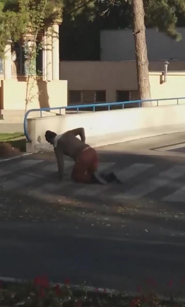 VIDEO | In Calarasi un pacient s-a tarat pe asfalt, langa un infirmier