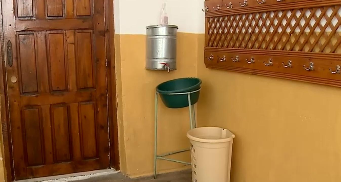 Situatie scapata de sub control in Romania! Scoli fara apa si cu toalete in public
