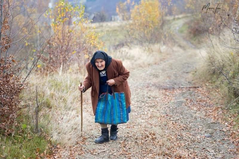 Batrana din Varful Apuseni care merge pe jos o zi ca sa cumpere o paine