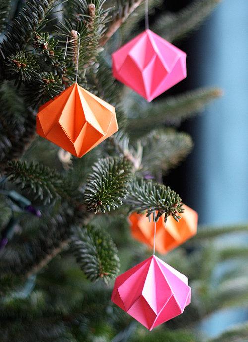 Decoratiuni handmade de Craciun - diamante colorate din origami