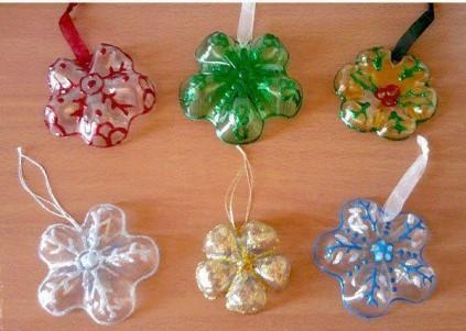 Decoratiuni handmade de Craciun - fulgi de zapada din sticle de plastic