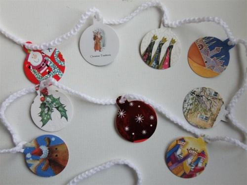 Decoratiuni handmade de Craciun - globuri din felicitari vechi