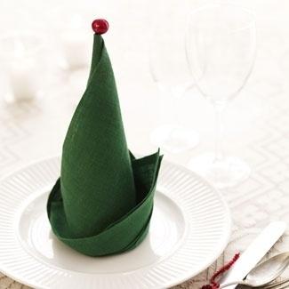 Decoratiuni handmade de Craciun - servetel in forma de caciula de elf