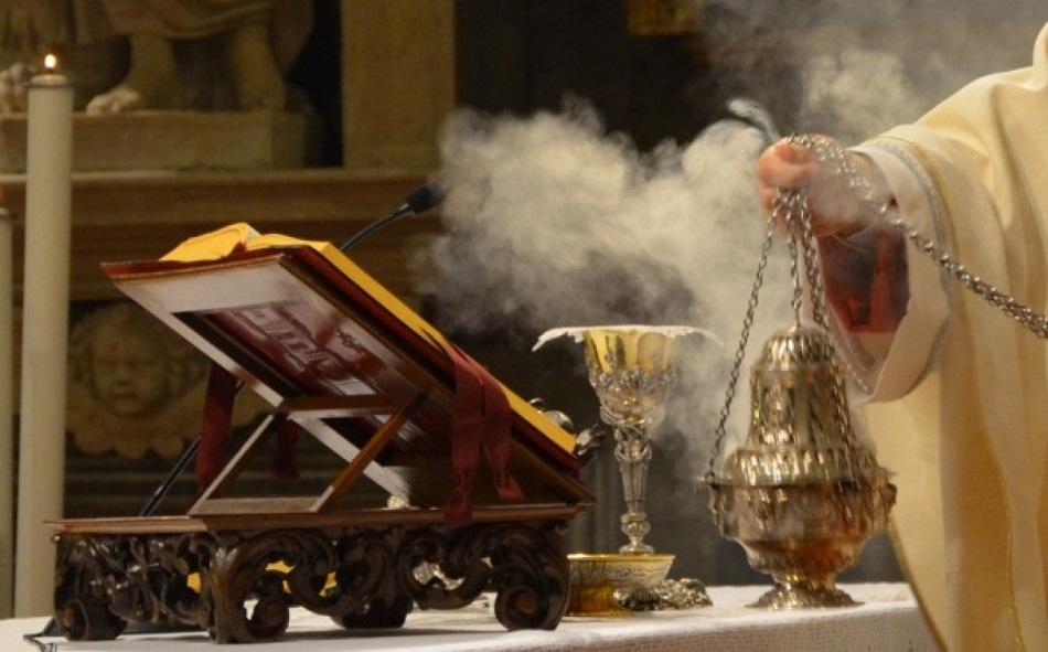 Preotul a dat cu marijuana in Biserica, in loc de tamaie!