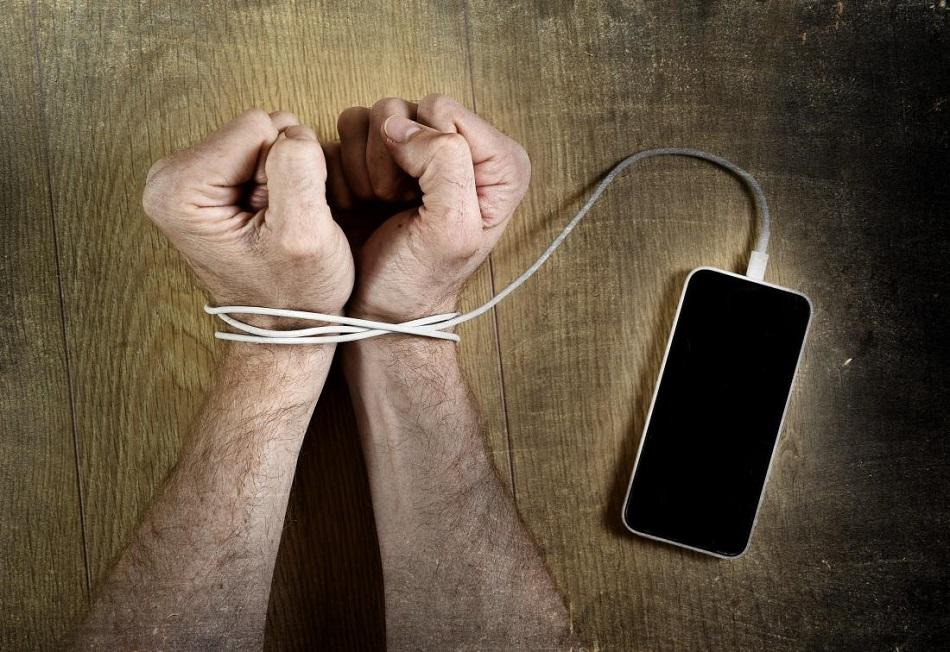 Dependenta de retele sociale, la fel de periculoasa ca drogurile