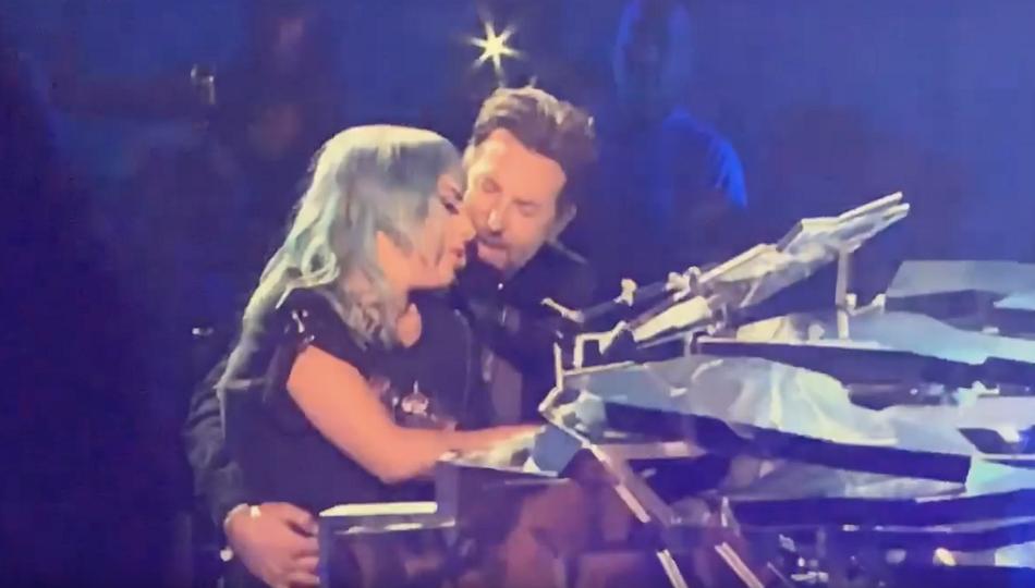 Lady Gaga s-a pus in genunchi in fata lui Bradley Cooper, pe scena