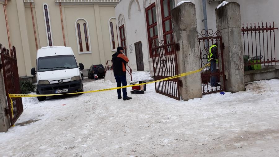 Mort gasit gol si atarnat de gardul bisericii