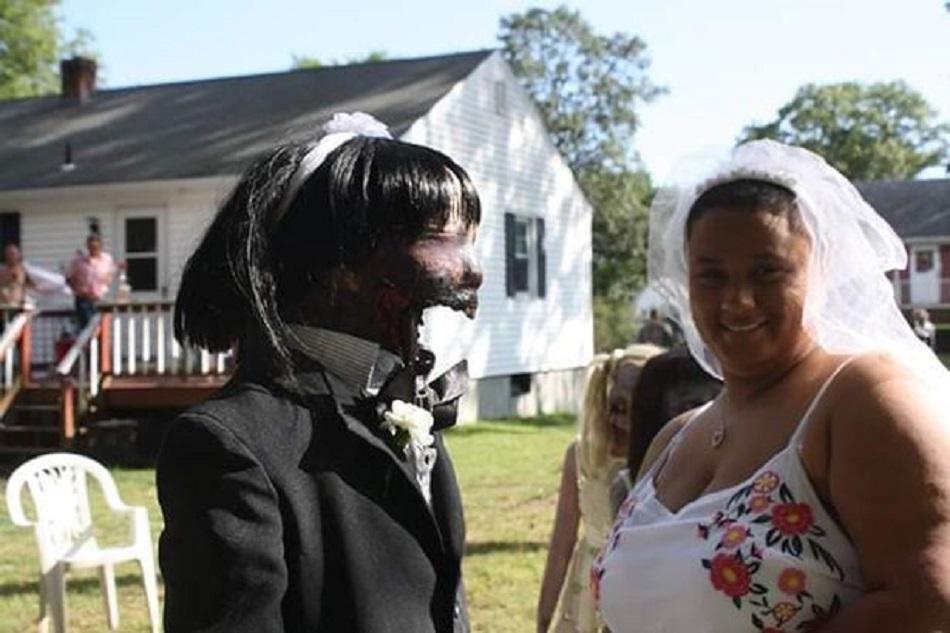 Mireasa de 20 de ani s-a casatorit cu o papusa-zombie