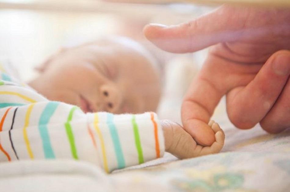 Bebelus nascut cu inima in afara corpului!